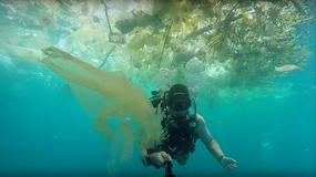 """Nurek pokazuje porażające """"morze śmieci"""" na Bali"""