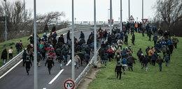 Uchodźcy zaatakowali autobus z dziećmi!