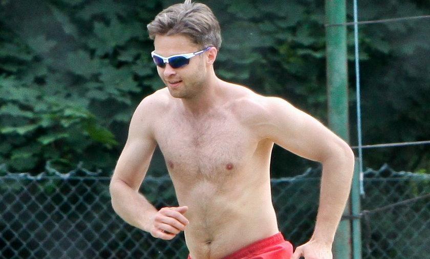 Maciej Zakościelny gra w siatkówkę plażową