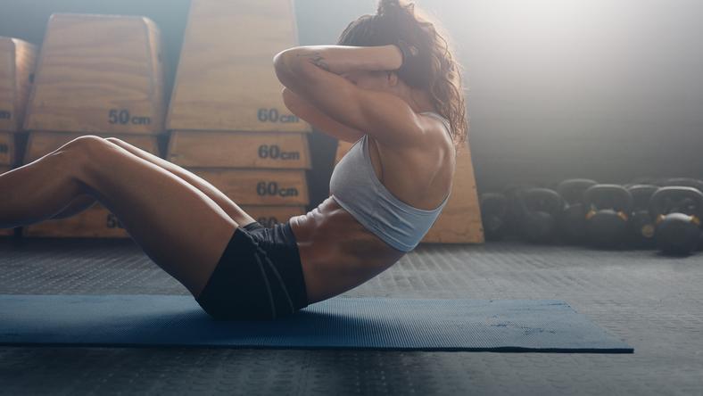 Dlaczego nie warto robić brzuszków na płaski brzuch?