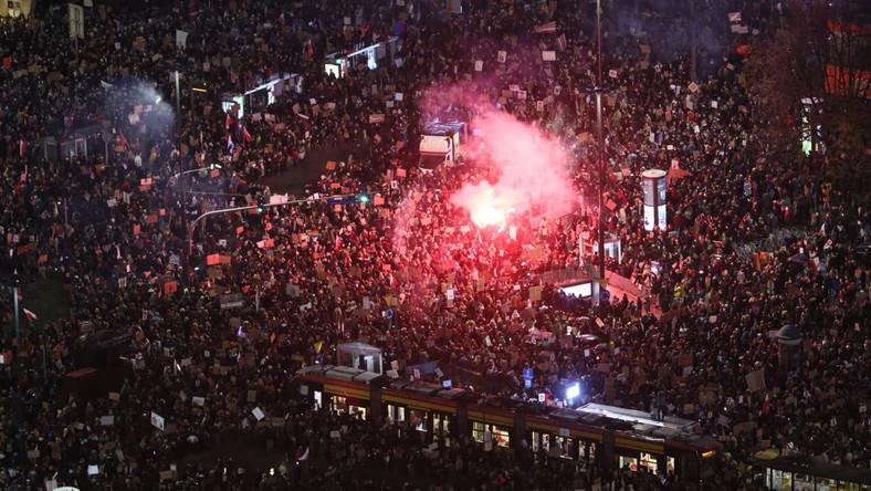 Uczestnicy protestu na rondzie Dmowskiego w Warszawie