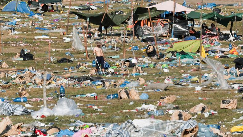 Kostrzyn nad Odrą to 18-tysięczna miejscowość. W czasie i po festiwalu musi sobie jednak poradzić z odpadami produkowanymi przez 20-krotnie większą grupę gości. Sprzątanie trwa z reguły około dwóch tygodni. Setki kontenerów wywożą odpady do sortowni. –Wśród pofestiwalowych śmieci nie znajdziemy puszek po piwach –mówi Prezes Miejskich Zakładów Komunalnych w Kostrzynie nad Odrą Olgierd Kłaptocz. Te są zbierane na bieżąco, również przez mieszkańców Kostrzyna i lądują w skupie.