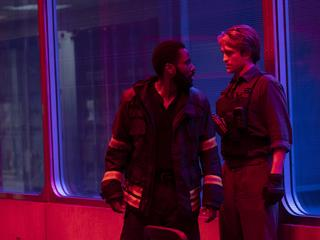 "Kadr z  filmu ""Tenet"". Na zdjęciu John David Washington  i  Robert  Pattinson"
