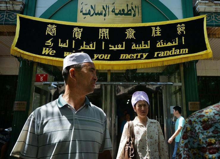Restoran u Pekingu sa natpisom na kineskom, arapskom i engleskom jeziku