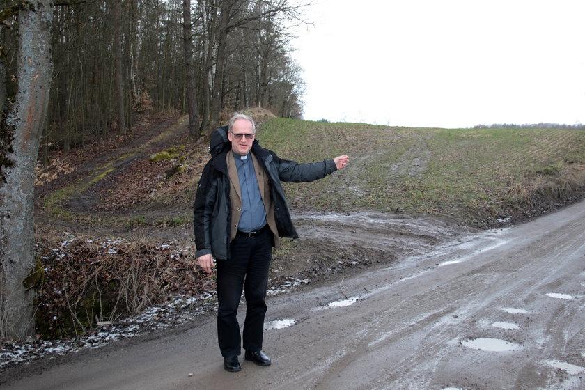 Ksiądz kanonik Zbigniew Wysiecki pokazuje drogę, po której Waldemar B. miał jechać z psem.