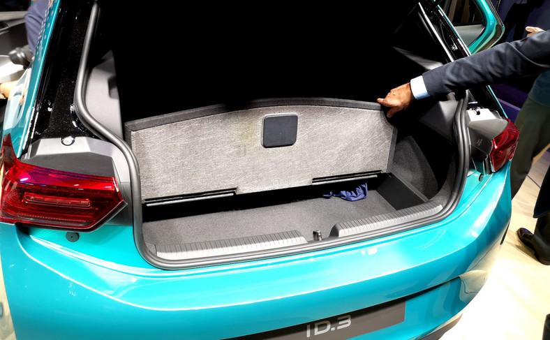 Bagażnik z podwójną podłogą zapewnia 385 litrów pojemności (o 5 l więcej niż Golf 5d)