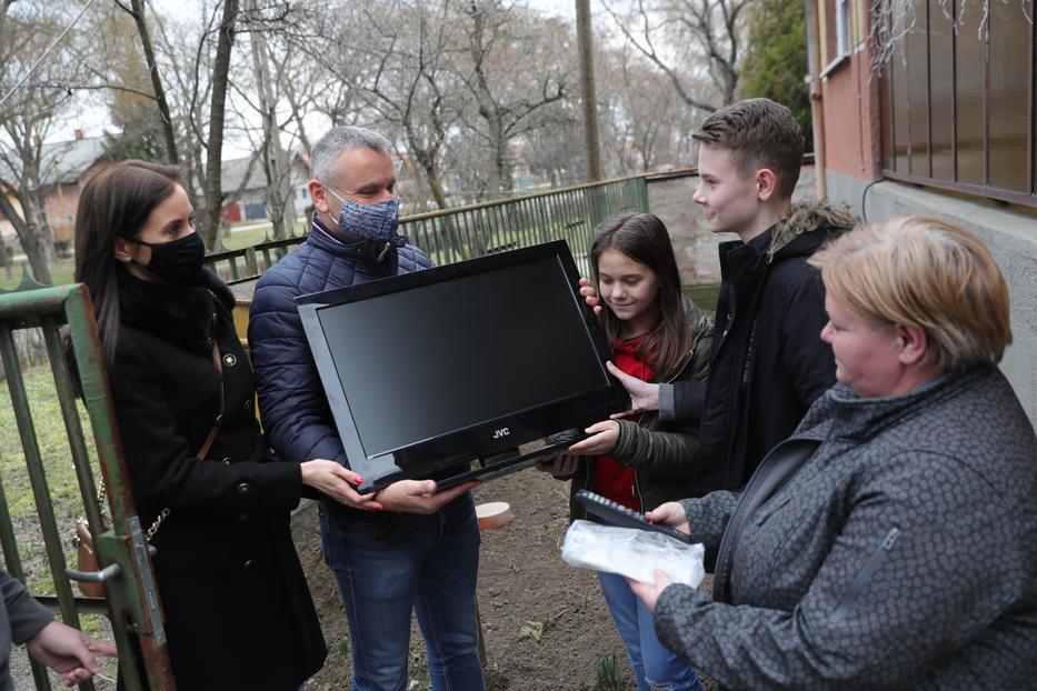 Képe Tibor (55) elsők között sietett a család segítségére. Összegyűjti és eljuttatja az árváknak felajánlott adományokat. Tegnap egy tévét adott át a gyerekeknek/ Fotó: Varga Imre