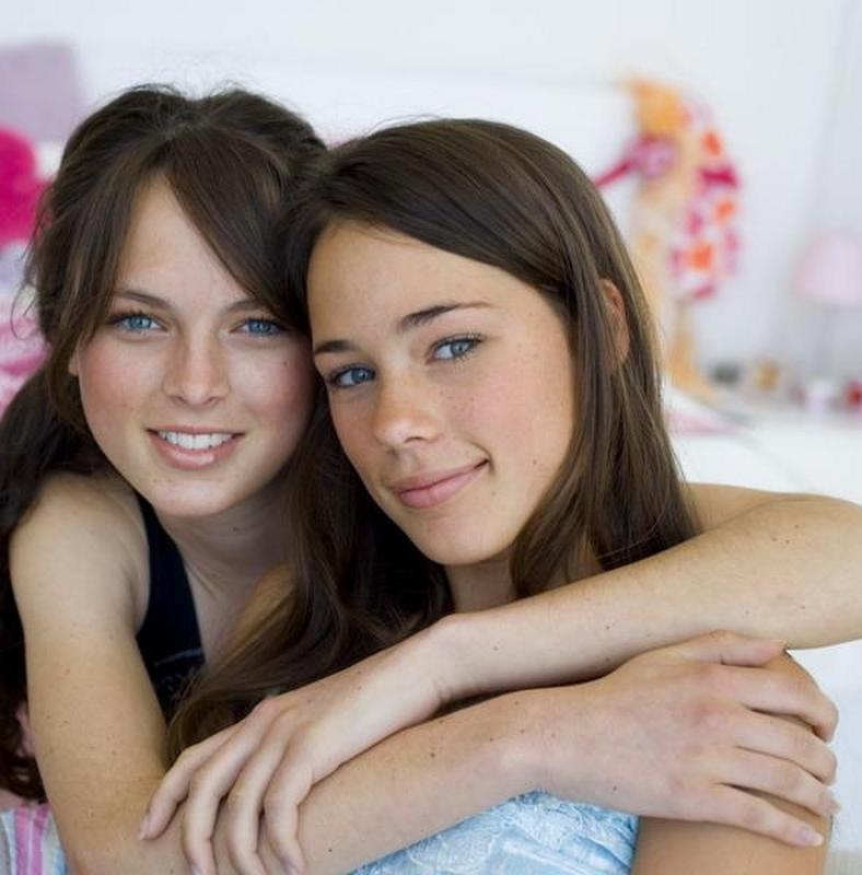 2 leszbikus elcsábít