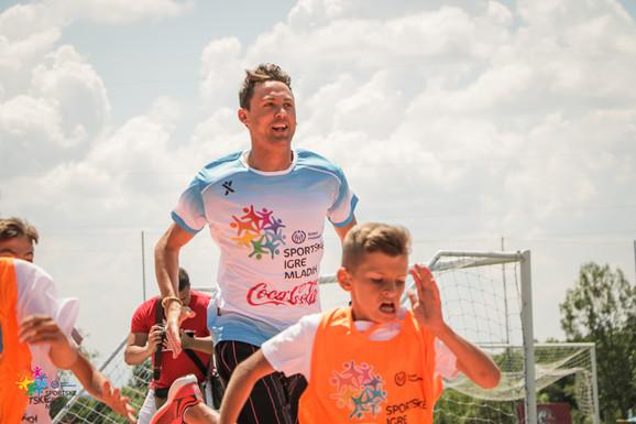 SPORTSKE IGRE MLADIH U VRELU Nemanja Matić sjajan domaćin, čuveni fudbaler se sa decom takmičio čak i u atletici!