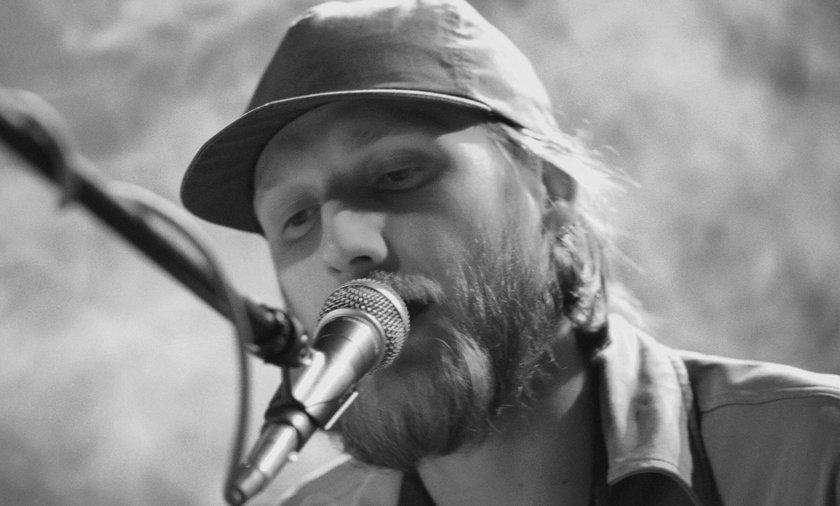 Guzik nie żyje! Znany muzyk zmarł przez koronawirusa