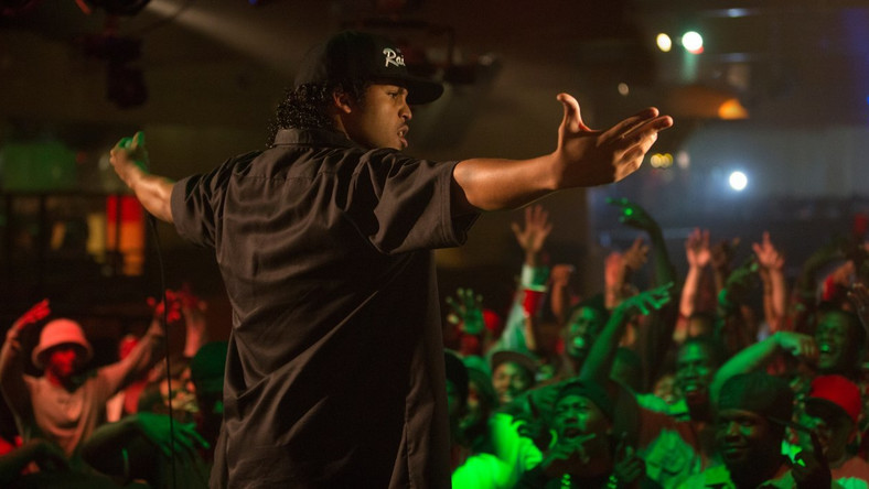 """""""Straight Outta Compton"""" –kinowa biografia zespołu N.W.A. –to seans obowiązkowy dla fanów hip-hopu, ale nie tylko. Film Graya nie ma siły rażenia głośnych """"Chłopaków z sąsiedztwa"""" ani przenikliwości filmów Spike'a Lee, ale to kawał solidnego kina. Świetnie zagrany, zmontowany w rytm kapitalnej ścieżki dźwiękowej, nakręcony z dokumentalnym nerwem. A chwilami bywa niepokojąco aktualny, przywołując wydarzenia sprzed lat, przypomina jednocześnie o niedawnych zamieszkach w Ferguson i Baltimore, gdzie czarni nastolatkowie ginęli od policyjnych kul.CZYTAJ WIĘCEJ >>>"""