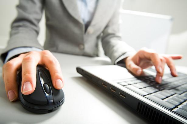 Osoba korzystająca z komputera. Fot. Shutterstock