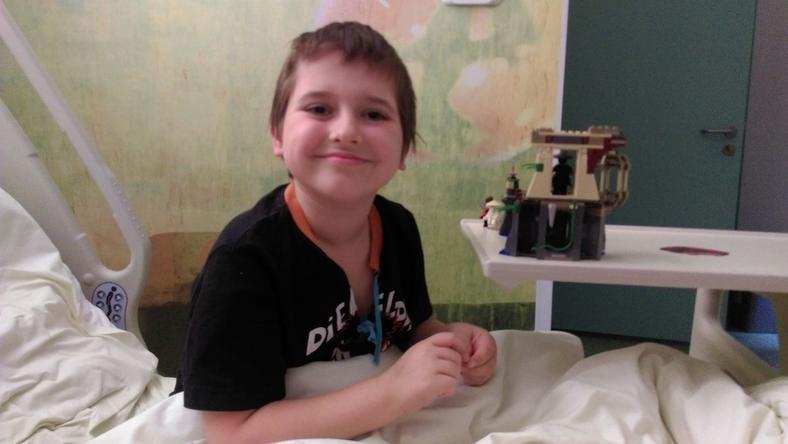 9-letniego Karola czeka na swojego genetycznego bliźniaka