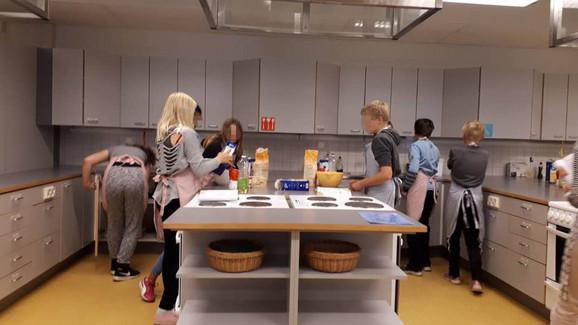 Učenici sami pripremaju i serviraju hranu