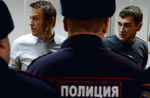 Wczoraj rano Aleksiej Nawalny (z lewej) usłyszał wyrok 3,5 roku w zawieszeniu. Wieczorem uciekł z aresztu domowego, pojechał na manifestację w swojej obronie i natychmiast został zatrzymany przez policję