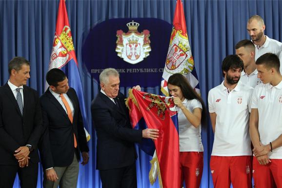 Predsednik Nikolić daje zastavu olimpijskog šampionki Milici Mandić