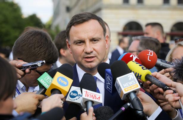 Prezydent poinformował, że uzgodniono między innymi, iż politycy będą utrzymywać bieżący kontakt telefoniczny