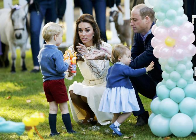 Radoznali Džordž i Šarlot, mama koja objašnjava i tata koji, rekli bismo, pažljivo sluša