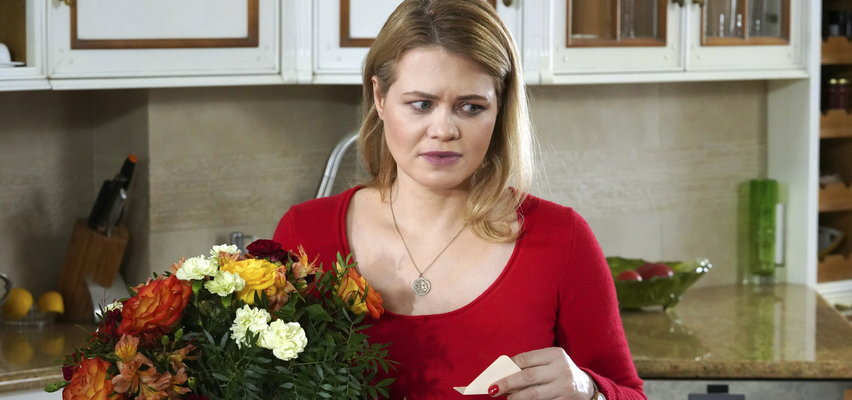 """""""Barwy szczęścia"""" odcinek 2489. Sławka dostanie od Biernackiego ogromny bukiet kwiatów! Co na to Kornel?"""