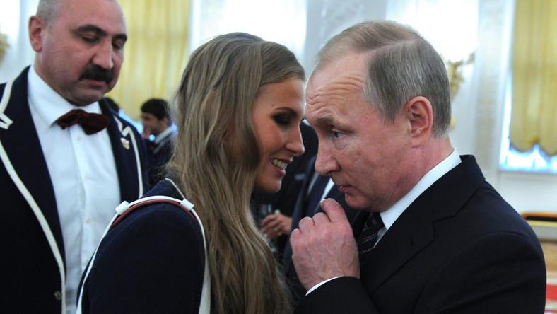 Mocno okrojona liczebnie z powodu afery dopingowej ekipa Rosji z 270 zawodnikami zdobyła w Brazylii 56 medali, w tym 19 złotych. Atmosfera skandalu nie przeszkodziła jednak Putinowi docenić osiągnięć sportowców. Oto jakie BMW im sprezentował…