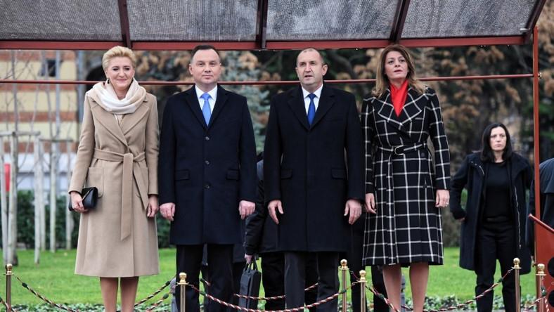 Pierwsze damy Polski i Bułgarii mają bardzo podobne sylwetki i są w podobnym wieku. Agata Duda ma 46 lat, a Desislava Radeva - 49. Patrząc na ich pierwsze wspólne zdjęcia ze spotkania w Sofii, można by stwierdzić, że panie mają podobny gust w kwestii mody, bo obie pokazały się w płaszczach o klasycznym kroju przewiązywanych w pasie. Ten, która wybrała małżonka prezydenta Dudy, wyglądał jednak zdecydowanie bardziej elegancko - zadecydował o tym przede wszystkim jednolity stonowany kolor tkaniny...