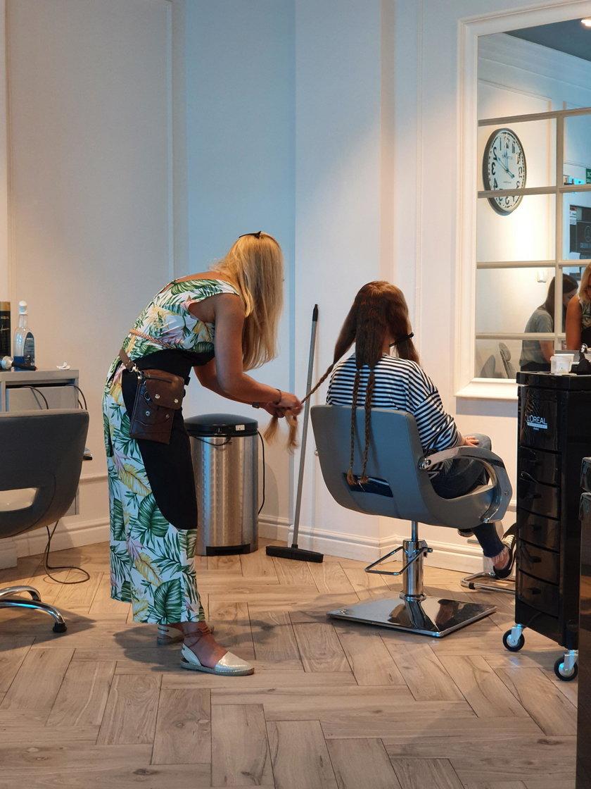 To jest ten moment. Pani Ania w salonie ścina włosy zaplecione w warkoczyki.