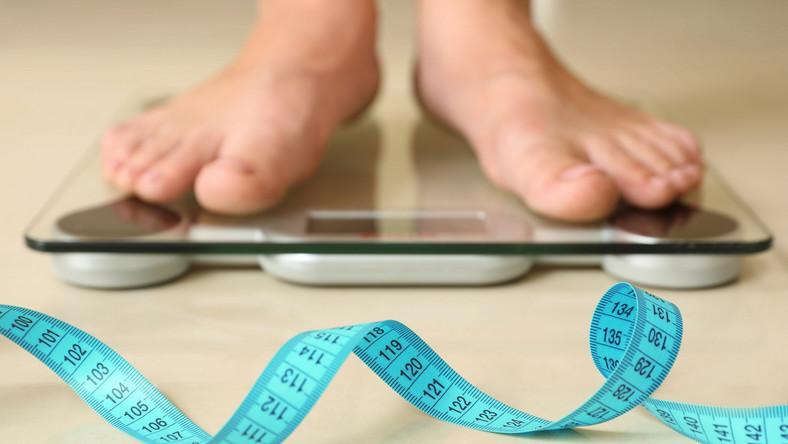 Mężczyzna stoi na wadze