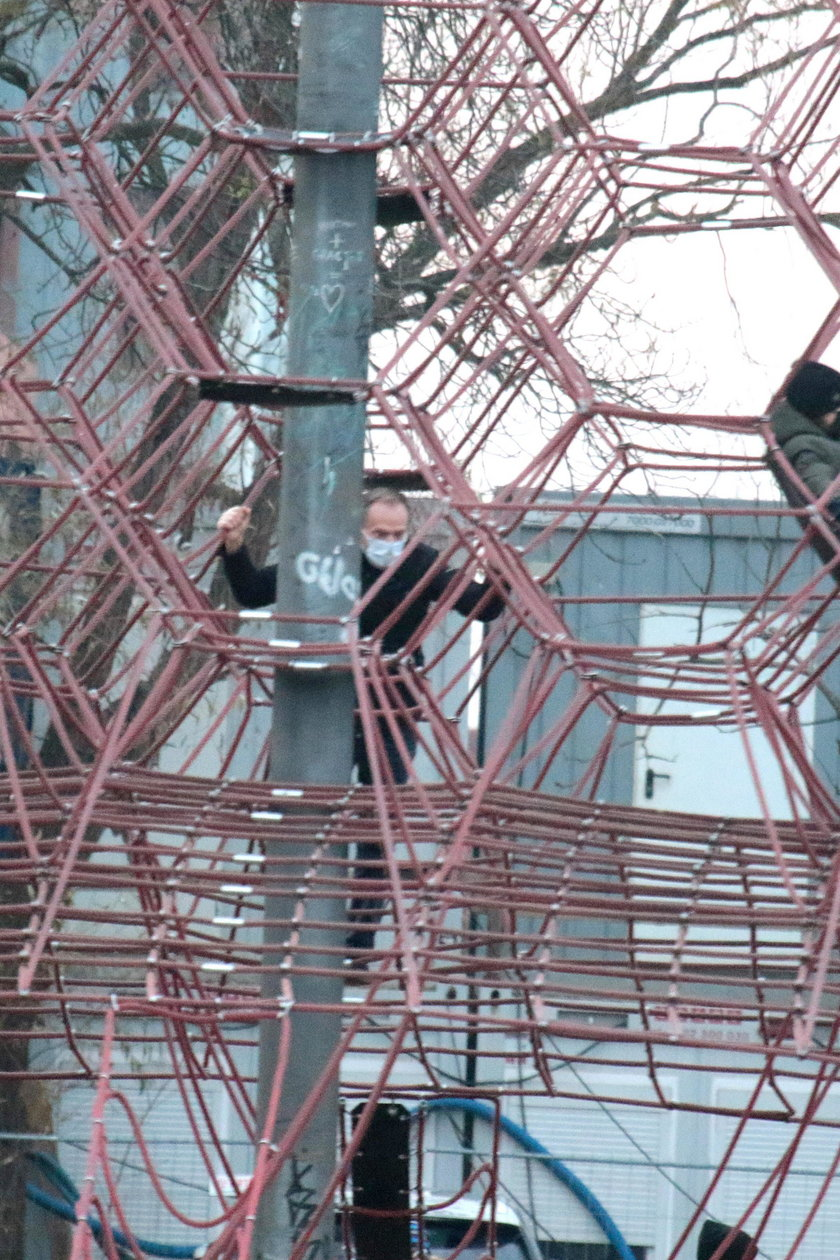 Donald Tusk na placu zabawa