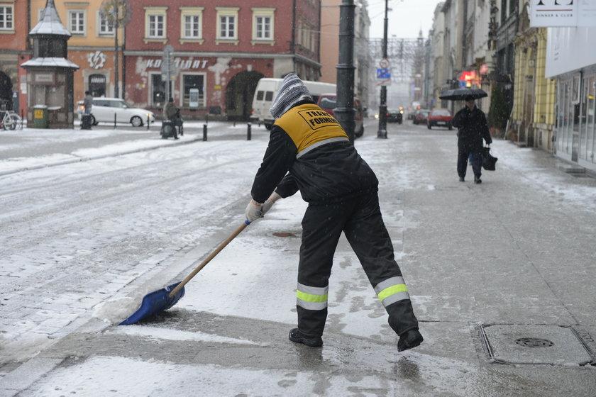 Odśnieżanie chodnika na wrocławskim pl. Solnym, tuż przy Rynku