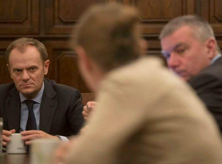 Nocna narada w kancelarii premiera. Tusk, Sikorski, Graś