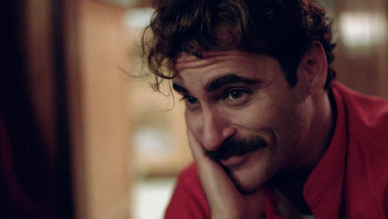 """""""Ona"""" to historia Theodore'a Twombly'ego (Joaquin Phoenix), który przechodzi właśnie rozwód i próbuje na nowo ułożyć sobie życie"""