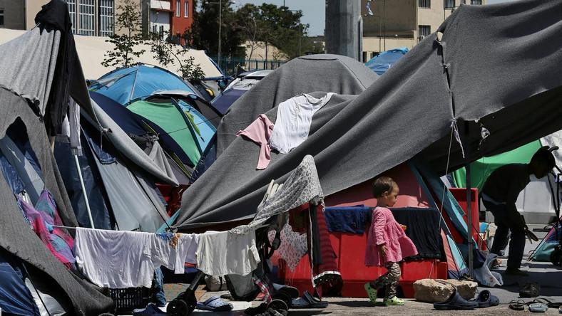 Namioty imigrantów w porcie w Pireusie