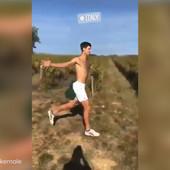 """""""DIVLJI I SLOBODAN"""" Novak Đoković bez majice u Italiji /VIDEO/"""
