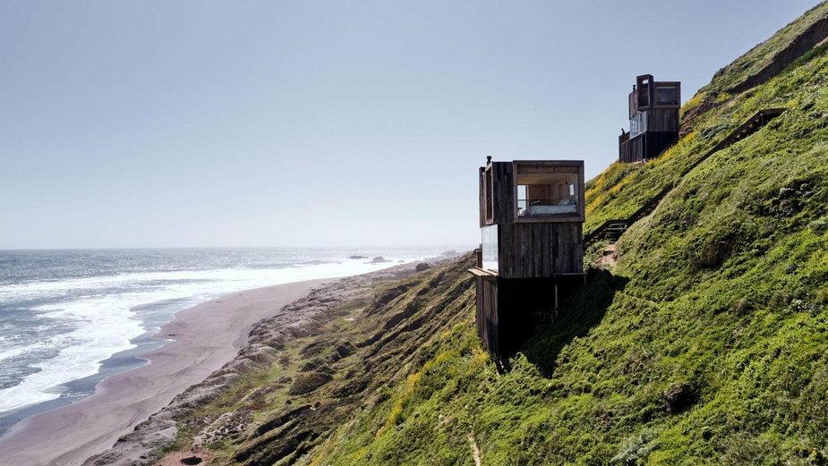 Zbudowane na zboczu. Dwa letniskowe domki tuż przy plaży