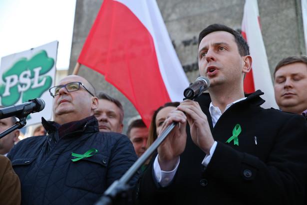 """Lider PSL Władysław Kosiniak-Kamysz, podczas manifestacji """"W obronie polskiej ziemi"""", PAP/Rafał Guz"""