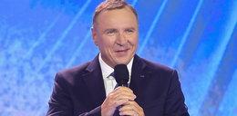 """Kurski na konferencji TVP zdradził, w jaki sposób stacja planuje upamiętnić Krzysztofa Krawczyka w Opolu. Artysta """"pojawi"""" się na scenie"""