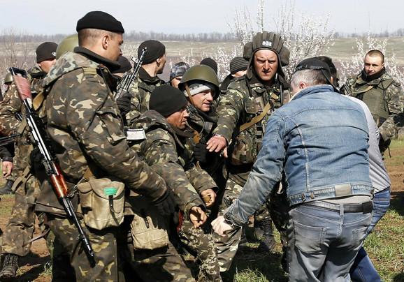 Demonstranti pokušavaju da spreče prolaz ukrajinskim vojnicima