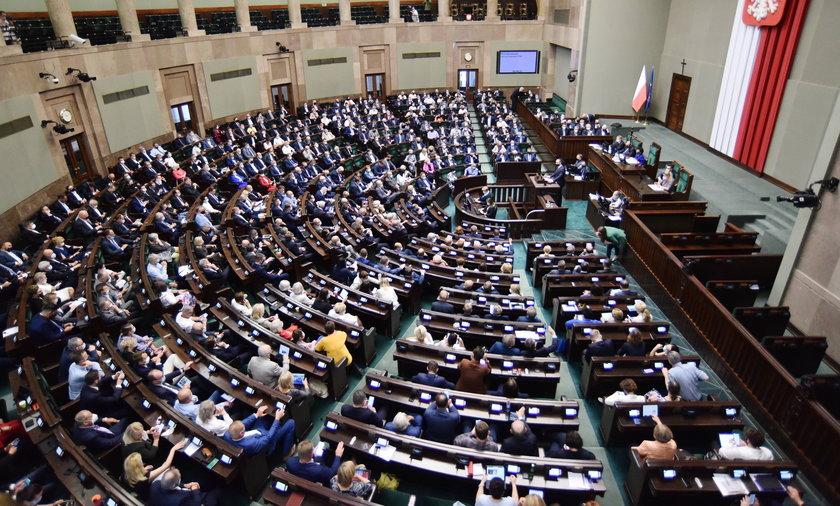 Najnowszy sondaż pokazuje, że gdyby wybory odbyły się w lipcu, do Sejmu dostałoby się 6 ugrupowań politycznych.