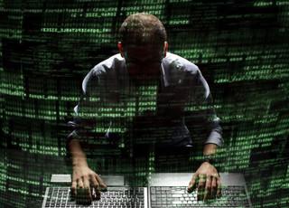 Polski haker numer jedne w rękach policji. 'Polsilver' ujawnił dane klientów Plus Banku