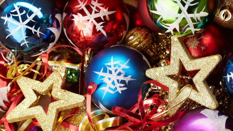 Kolorowe bombki z zimowymi motywami - płatkami śniegu i choinkami