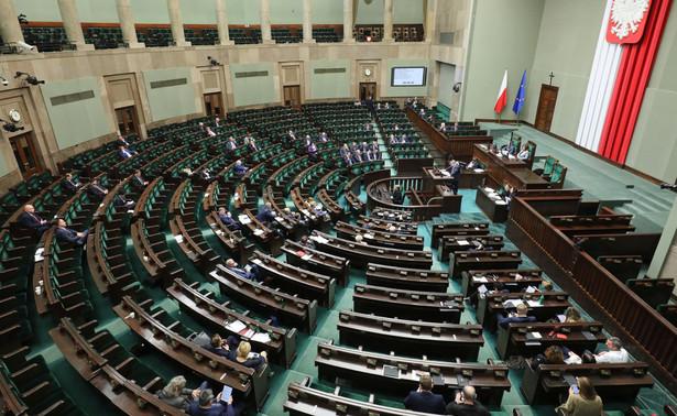 Sejm zdecydował, że będzie kontynuował prace nad projektem podnoszącym o 10 proc. akcyzę na napoje alkoholowe i wyroby tytoniowe. Wniosek o odrzucenie projektu w pierwszym czytaniu, z którym wystąpił klub PSL-Kukiz'15, nie uzyskał poparcia Sejmu.