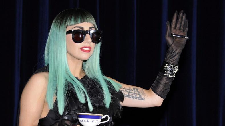 W licytacji, która trwała tydzień, wzięło udział ponad 1300 fanów Lady Gagi. Ostatecznie filiżanka i spodek sprzedane zostały za imponującą kwotę 6 mln jenów (76 tys. dolarów)