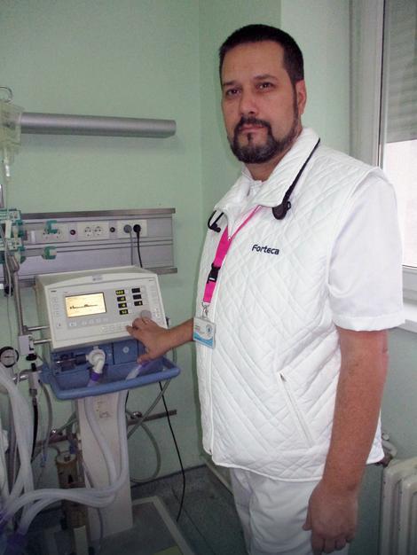 Prof. dr Radmilo Janković iz Niša na poslu u jedinici intenzivne nege u KC Niš