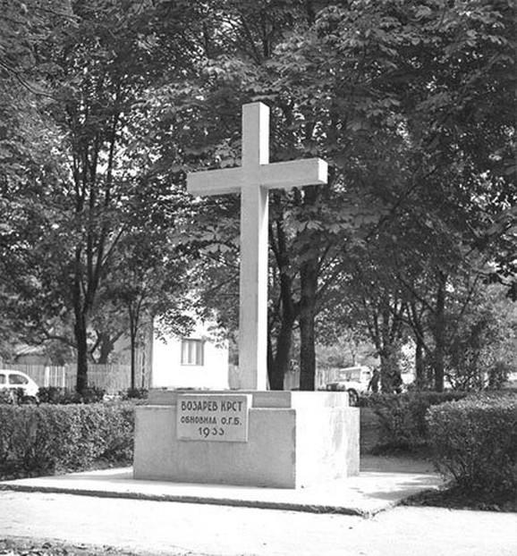 Drveni spomenik zamenjen je današnjim u crvenom kamenu 1933. godine