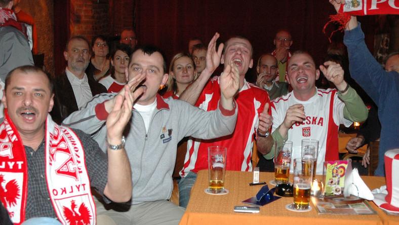 Policja robi naloty na puby, w których pokazywane są mecze piłkarskie