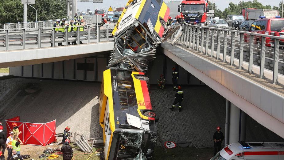 Autobus miejski z pasażerami spadł z wiaduktu