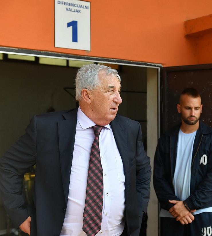 Direktor i penzioner već 15 godina Radoš Milovanović, dok ceo slučaj nije dospeo na sud, nudio je porodici Milivojević posao