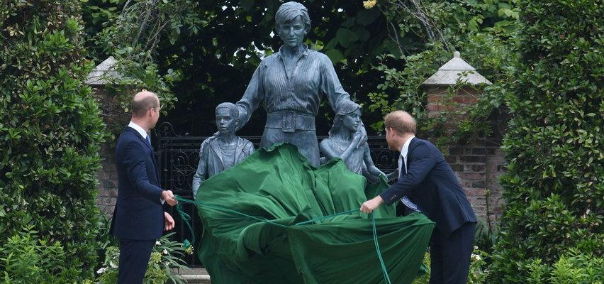 Książę Harry z bratem Williamem na ceremonii odsłonięcia pomnika księżnej Diany. Wydali wspólne oświadczenie!