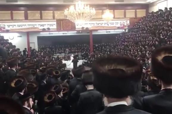 KORONA VENČANJE Sinagoga u Bruklinu okupila 7.000 ljudi, svi pevaju i igraju, niko ne nosi masku (VIDEO)