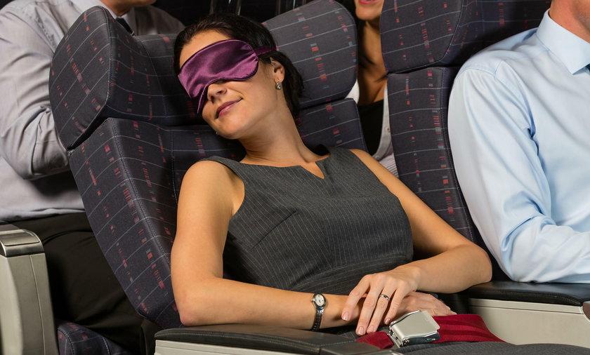 Spanie w samolocie podczas lądowania może być niebezpieczne
